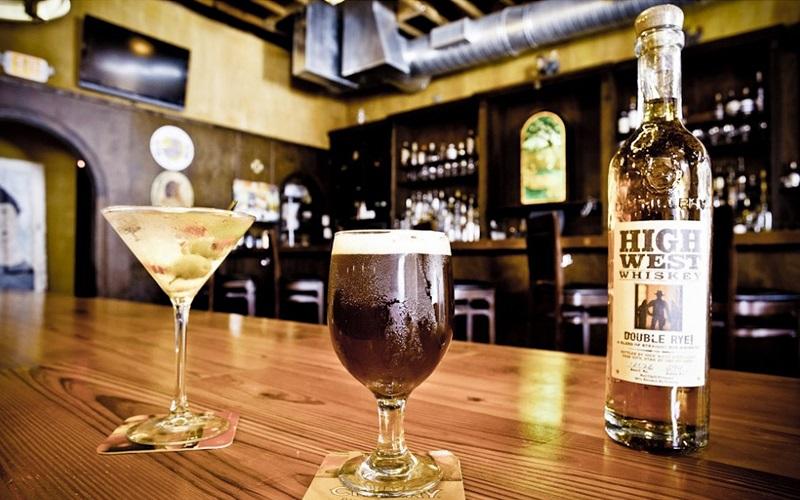 Cervejas e drinks no The Abbey Pub em Miami
