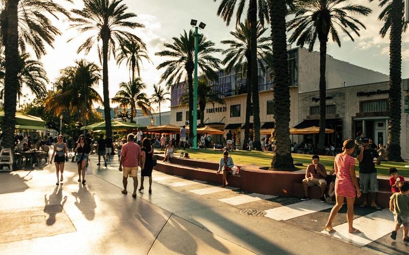 Pessoas andando e fazendo compras em Miami